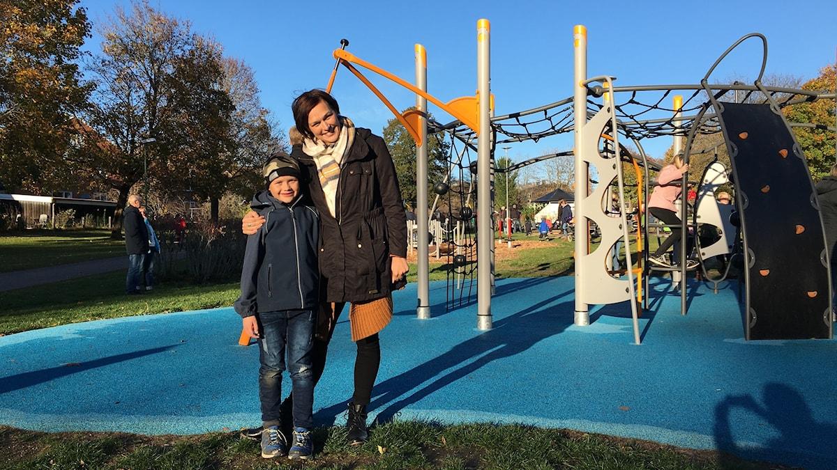 Edwin och mamma Evelina i lekparken i Ljungby.