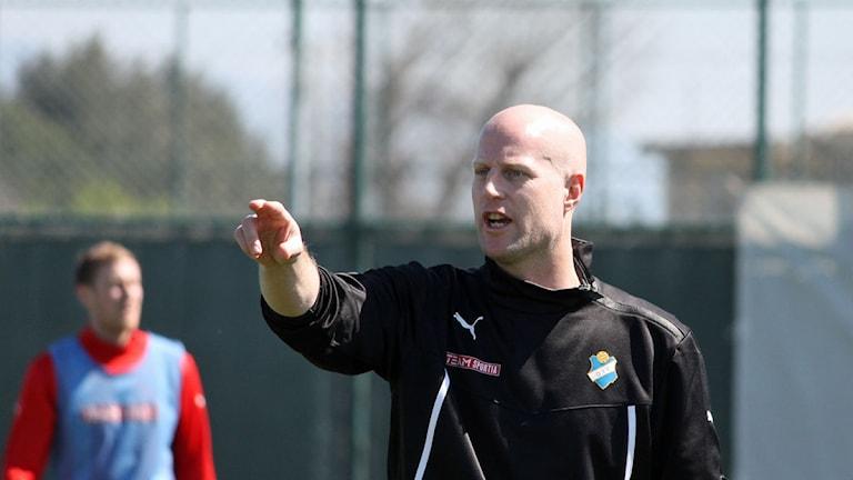 Andreas Thomsson instruerar fotbollsspelare.