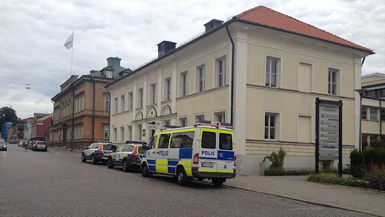 Polisbilar på gatan utanför tingsrätten i Växjö.