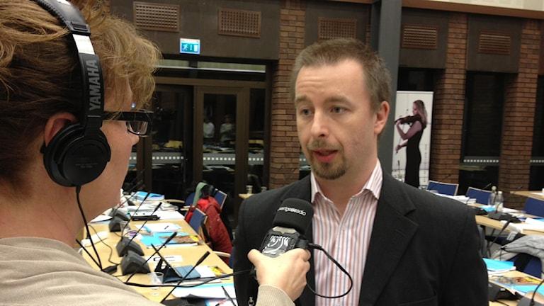 Håkan Engdahl, SD, intervjuas av Karin Ernstsson. Foto: Per Brolléus/ Sveriges Radio