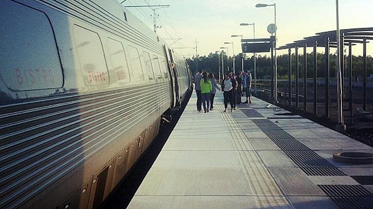 Ett snabbtåg från SJ blev stående på den ännu inte öppnande stationen i Diö.