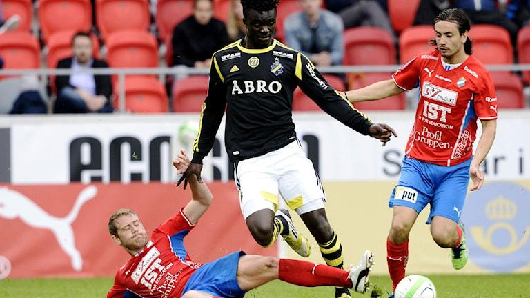 AIK:s Kwame Karikari tar sig förbi Stefan Karlsson och Matteo Blomqvist-Zampi i Öster.