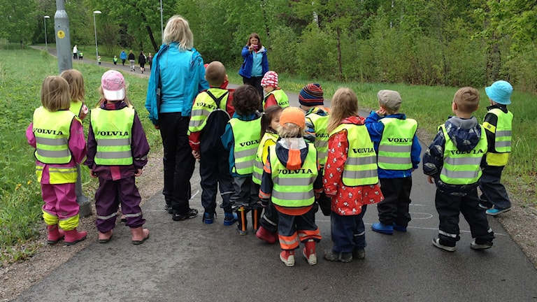 Arkivbild på en grupp med förskolebarn. Foto: Per Brolléus/ Sveriges Radio