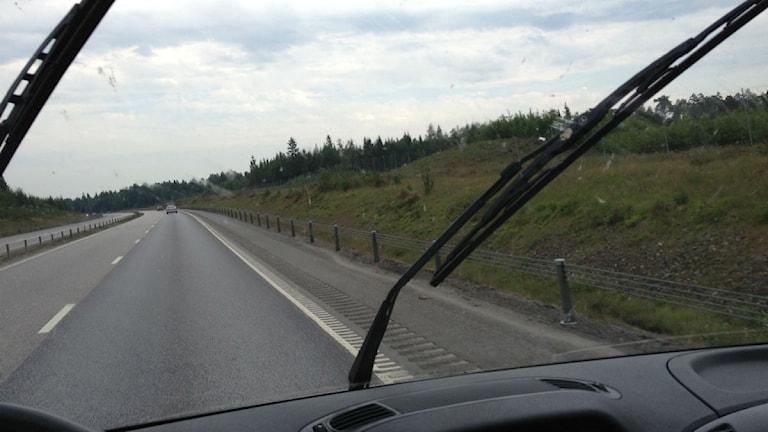 Där kom regnet, rapporterar Per från bilen på väg till Strömsnäsbruk.