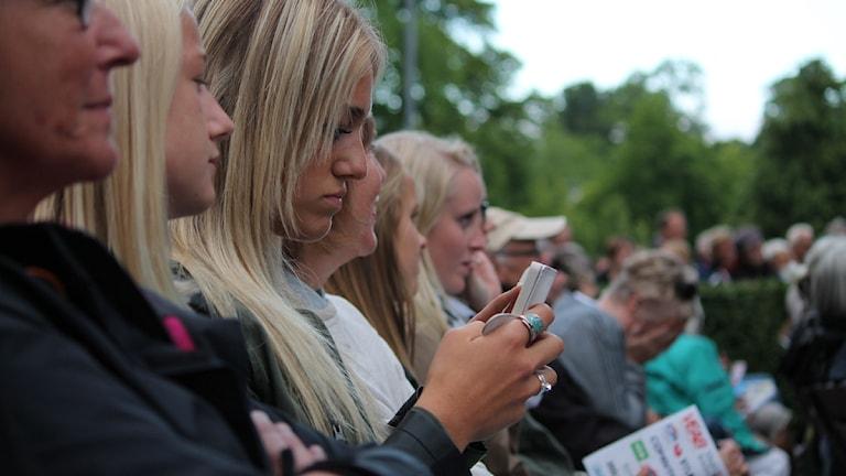 Mobilen är viktig i årets STN. SMS-röster avgör vem som vinner!  Foto: Emma Kvennberg/Sveriges Radio
