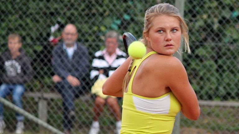 Kajsa Rinaldo Persson, Växjö TS, med full fokus på tennisbollen. Foto: Anna Tigerström/Sveriges Radio