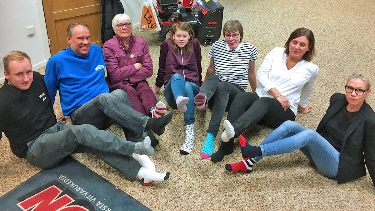 Annika Johansson och hennes släkt rockar sockorna.