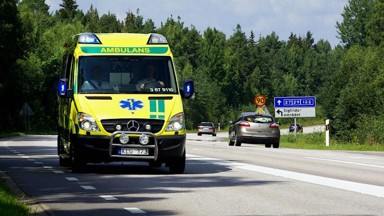Ambulans på väg i Kronoberg.