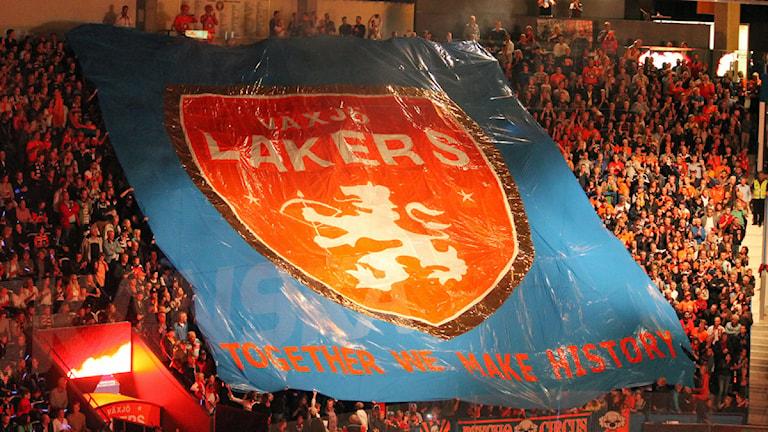 Växjö Lakers flagga över klacken. Foto: Anna Tigerström/Sveriges Radio