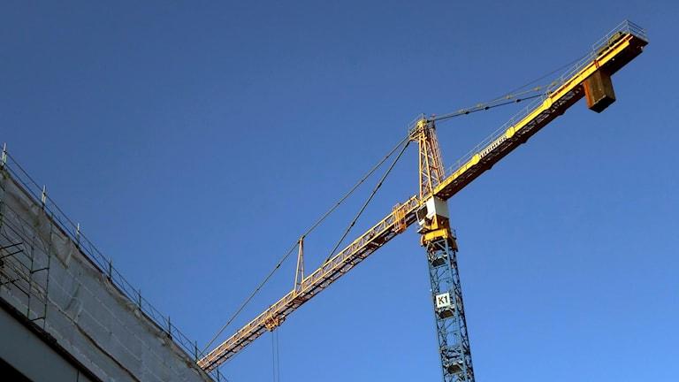 Lyftkran vid byggarbetsplats.