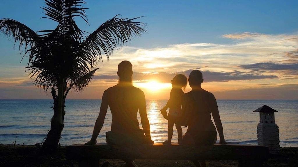 Familjen Oja i solnedgången på sin jorden runt-resa.