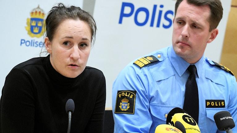 Lisa Green regionkoordinator mot människohandel i Södra Sverige. På presskonferens. Lisa har svart långärmad t-shirt och mörkbrunt hår uppsatt.