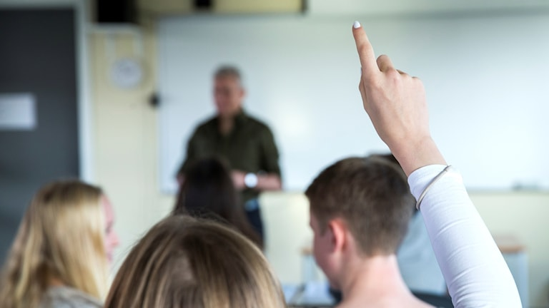 En lärares och elever i ett klassrum. Arkivbild.