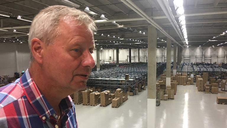 I bild Lars Nykvist som är VD på Outnorth som tittar ut över sin ljusa lagerlokal i KF:s gamla lager i Räppe.