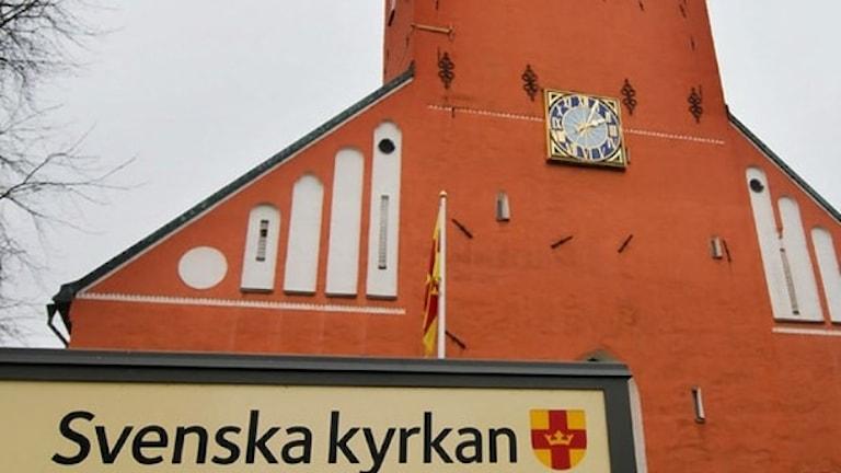 En skylt med Svenska kyrkan framför domkyrkan i Växjö.