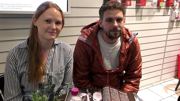 Emelie Jacobsson och Mattias Fransson sitter och väntar på ett tåg i Alvesta.
