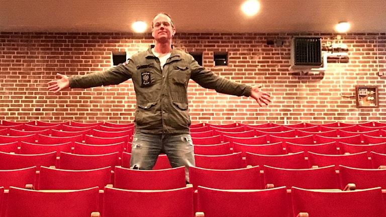Lars Gahlin står i en biosalong.