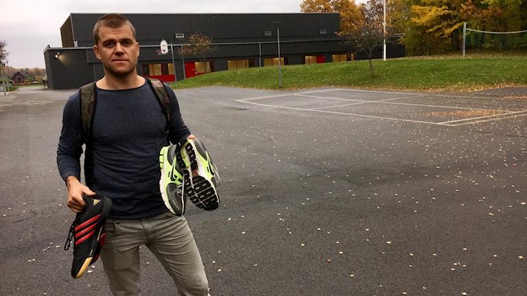 Läraren Martin Olander på Norregårdsskolan fick två par skor av P4 Kronobergs Jocke Wallgren