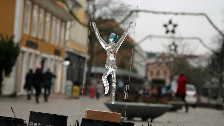 Såhär ser den ut - statyetten i glas av Thommy Bremberg som Årets Kronobergare 2013 tar emot.