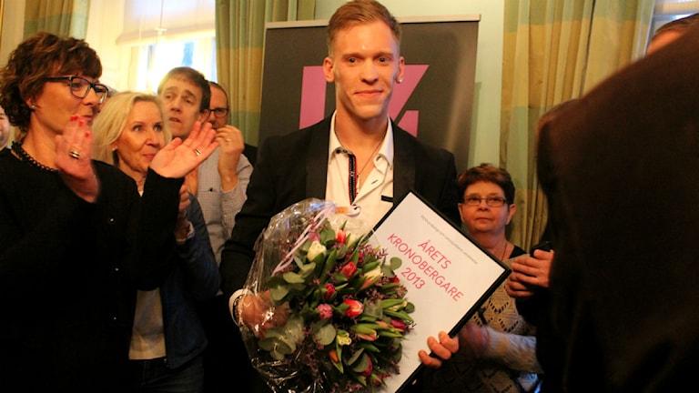 Pierre Davidsson med diplomet. Foto: Anna Tigerström/Sveriges Radio