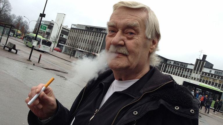 Röken från e-cigaretten är bara ånga. Foto: Per Brolléus/SR