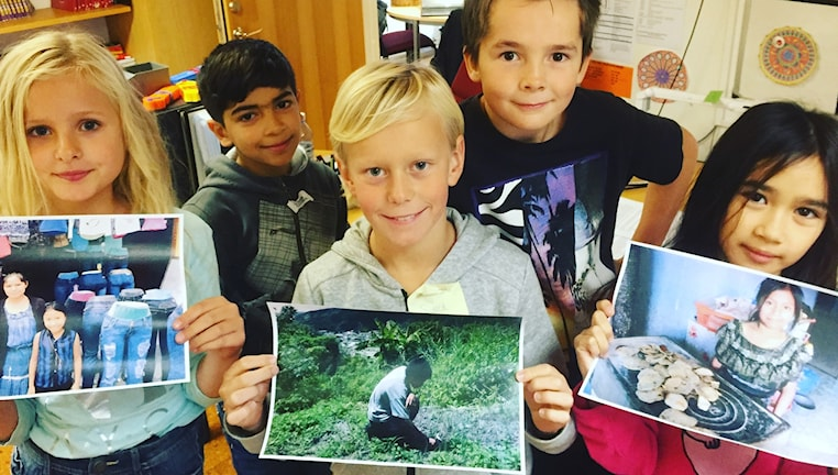 Barn visar upp foto