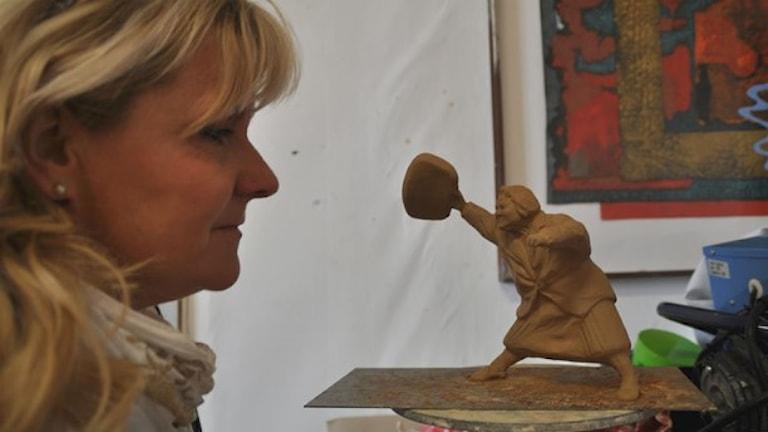 Susanna Arwin med den två decimeter höga modellen av statyn som kan bli verklighet. Foto: Tomas Lindberg/Sveriges Radio