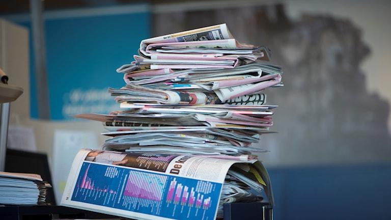 En hög med tidningar.