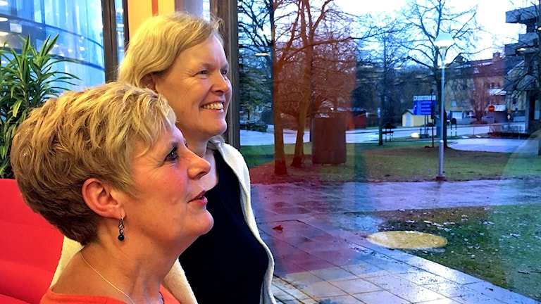 Anna-Karin Axelsson och Inger Stark på Växjö stadsbibliotek tittar ut genom fönstret.