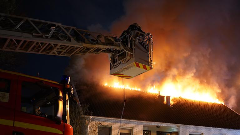 En villa brinner.