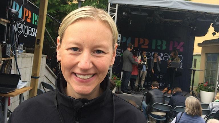P4 Kronobergs Therese Ekdahl framför Sveriges Radio-scenen i Almedalen.