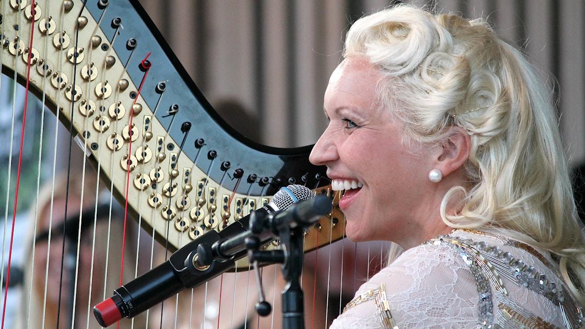 Gunhild Carling spelar harpa. Foto: Anton Yngvesson/Sveriges Radio