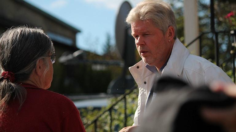 Kent Helgesson (MP) i samtal med en åhörare. Foto: Emma Kvennberg/Sveriges Radio