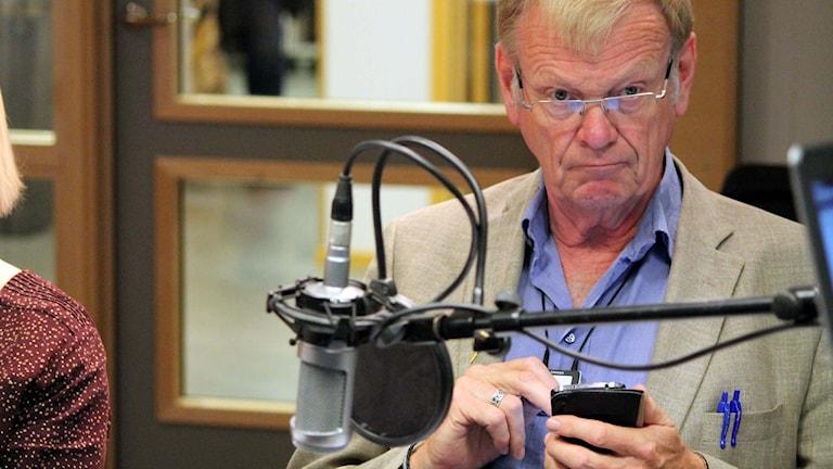 Lennart Värmby (V) passade på att twittra under #p4kronval Foto: Elisabeth Anderberg/Sveriges Radio