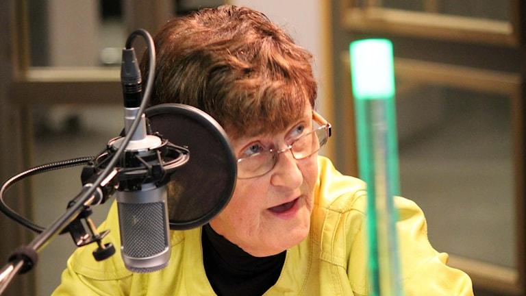 Eva-Britt Svensson (V) berättar om poltiska fadäser och ger vallöften. Foto: Elisabeth Anderberg/Sveriges Radio