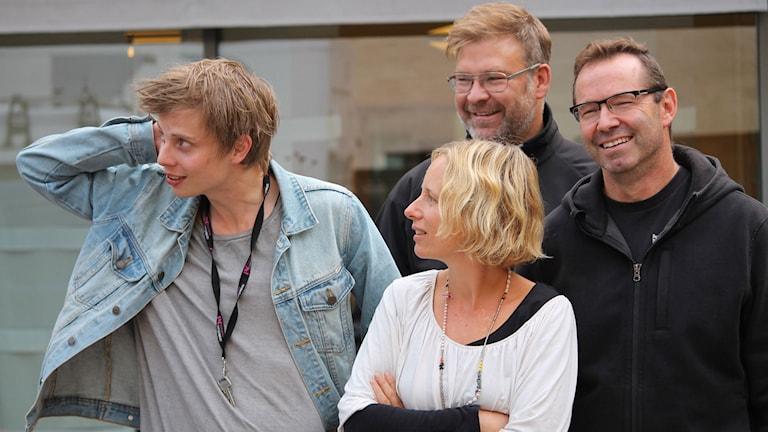 Jonatan Bergman, Anna Tigerström, Peter Sundh och Mike Zanier gör Sportmagasinet. Foto: Emma Kvennberg/Sveriges Radio