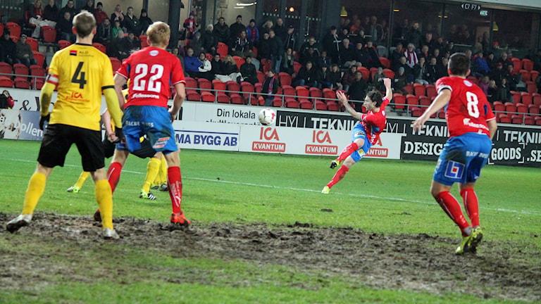 Östers Tibor Joza skjuter ett långskott i matchen mot Frej Täby. Foto Anna Tigerström/Sveriges Radio