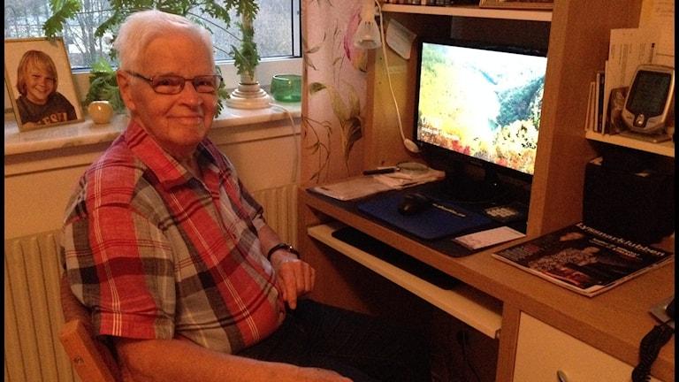 Stig Bergqvist 84 år älskar sin dator. Foto: Carina Bergqvist/ Sveriges Radio