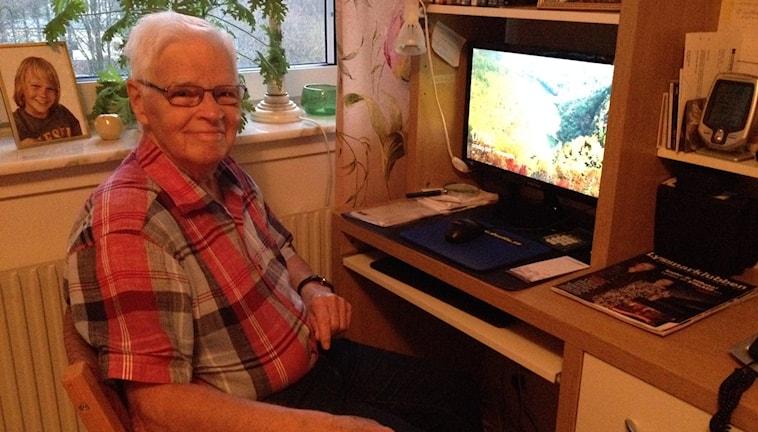 Stig Bergqvist, 84 år älskar sin dator. Foto: Carina Bergqvist/ Sveriges Radio