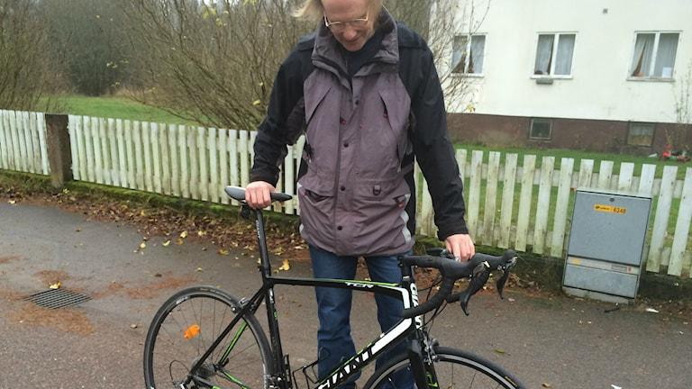 Kenneth Ljungberg tvingas ta cykeln till Alstermo från Fröseke för att handla när lanthandel lägger ner. Totalt över 2 mil fram och tillbaka. Foto: Lars-Peter Hielle, P4 Kronoberg