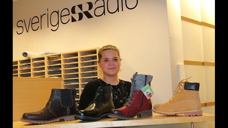 Sanna Andersson med några av skorna hon tipsar om.