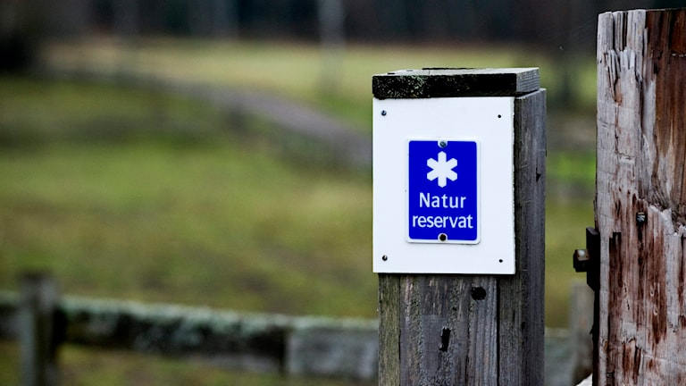En skylt för naturreservat