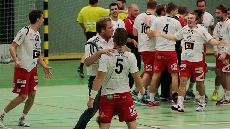 Alstermos handbollslag firar en tidigare vinst. Foto: Annie Svensson