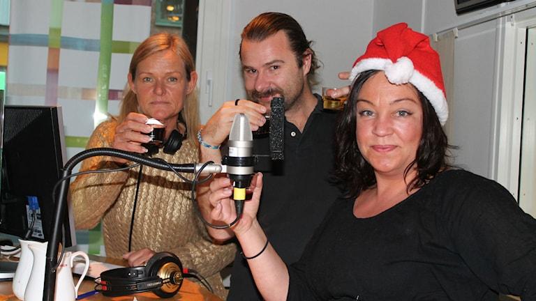 Anne, Lars-Peter och Petra testar glögg! Foto: Emma Kvennberg/Sveriges Radio