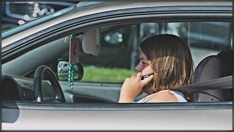 En kvinna pratar i mobilen när hon kör. Foto: Indiana Stan/Flickr/Creative Commons