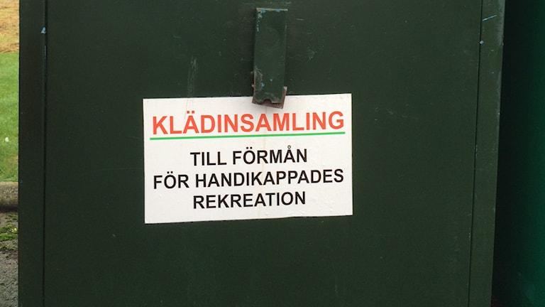 Container för klädinsamling. Foto: Lena Gustavsson/ Sveriges Radio