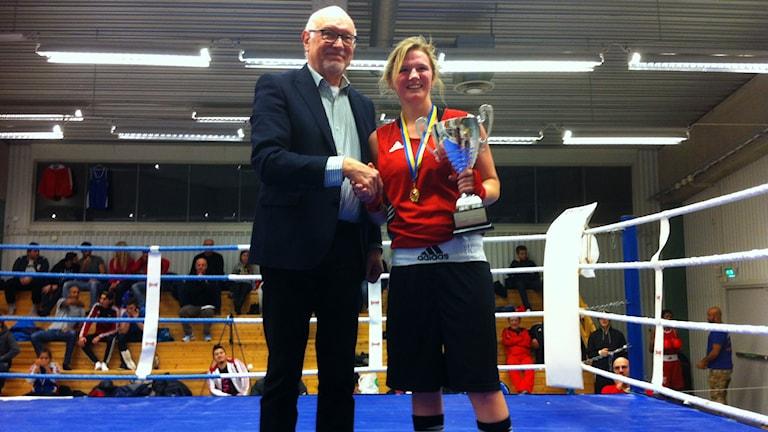 Boxaren Stephanie Thour tar emot SM-bucklan. Foto: Privat