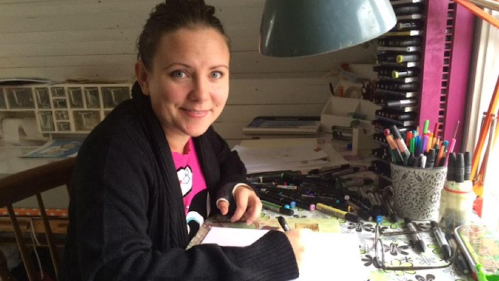 Emmalill Frank bland illustrationerna. Foto: Elisabeth Anderberg/Sveriges Radio