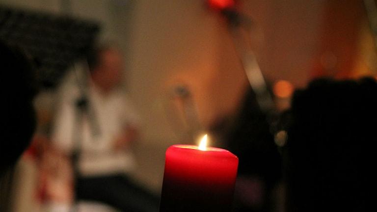 Juliga ljus på borden sprider värme. Foto: Emma Kvennberg/Sveriges Radio