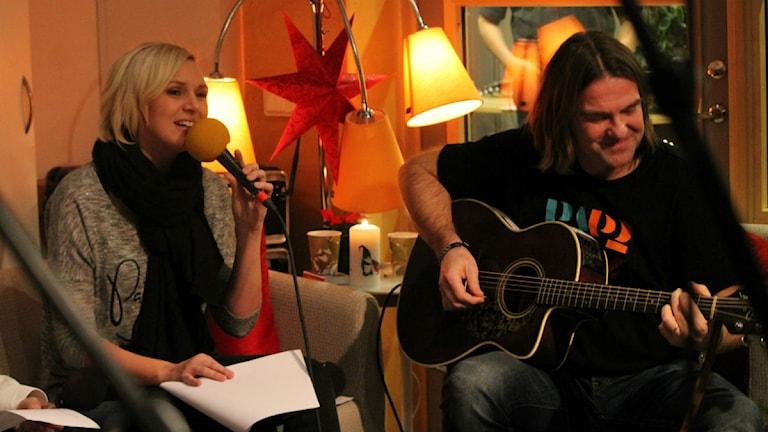 Sanna Nielsen sjunger, Afterworks programledare Peje Johansson spelar.